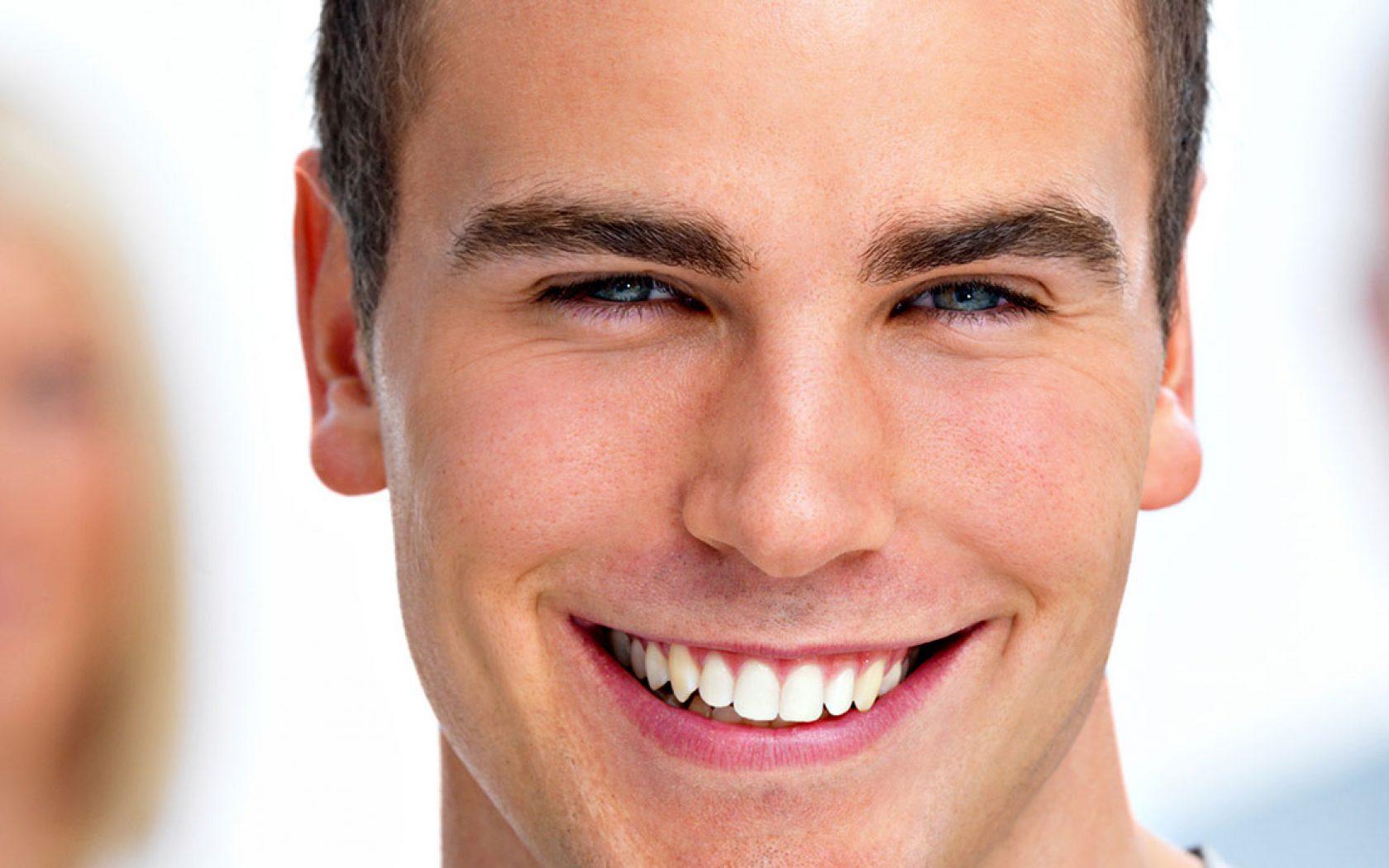 Το χαμόγελο αναβαθμίζει την ψυχολογία του άνδρα.